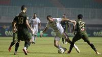Striker Bali United, Ilija Spasojevic, berusaha melewati pemain Tira Persikabo pada laga Shopee Liga 1 di Stadion Patriot Pakansari, Bogor, Kamis (15/8). Bali menang 2-1 atas Tira Persikabo. (Bola.com/Yoppy Renato)