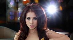 Rina Mubal Arum berpose seksi saat sesi pemotretan dengan Liputan6.com di Jakarta, Rabu (20/10/2015). Desainer Rina Mubal Arum mencoba melebarkan karirnya dengan menjadi penyanyi bergenre pop. (Liputan6.com/Yudha Gunawan)