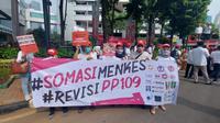 Koalisi Masyarakat Peduli Kesehatan (KOMPAK), melakukan aksi untuk mendesak revisi PP 109/2012 di depan kantor Kemenkes pada Kamis (12/11/2020) (Dokumentasi KOMPAK)