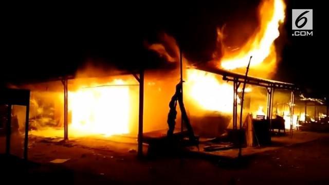 Minimnya mobil pemadam kebakaran yang berjumah hanya 1 unit membuat kobaran api tidak terkendali dan meratasakan ratusan kios dari bangunan non permanen itu.