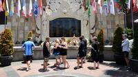 Sejumlah wisatawan asing mengunjungi Monumen Ground Zero Bali untuk memperingati tragedi bom Bali 2002 di kawasan Kuta, Bali (12/10). Mereka datang dan menaburkan bunga untuk memperingati tragedi bom Bali 2002. (AFP Photo/Sonny Tumbelaka)