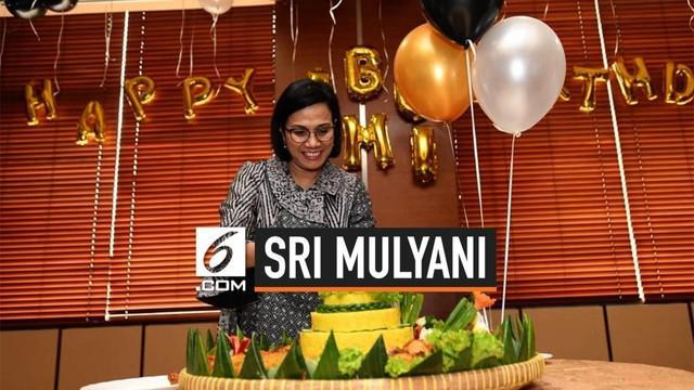 Menteri Keuangan Sri Mulyani Indrawati tampak tersentuh hatinya ketika mendapat kejutan hari ulang tahun ke-57.