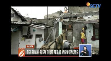 Belasan rumah di Jalan Lagoa Terusan, Koja, Jakarta Utara rusak akibat angin kencang pada Jumat pagi.