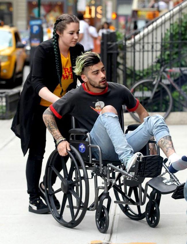 Zayn Malik menggunakan kursi roda saat ke apartamen Gigi Hadid. (mirror.co.uk)
