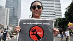 Aktivis Fakultas Ilmu Sosial dan Ilmu Politik Universitas Indonesia (FISIP UI) membawa poster saat longmarch menolak pelecehan seksual via telepon yang sedang marak terjadi di kawasan Bundaran HI, Jakarta, Minggu (14/10). (Merdeka.com/Iqbal Nugroho)