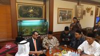 Duta Besar de facto Arab Saudi untuk RI, Yahya Hassan al-Qahtani (depan kiri) bersama Ketua Umum PBNU Said Aqil Siradj (depan kanan) di Kantor PBNU Jakarta (3/1/2019) (Rizki Akbar Hasan / Liputan6.com)