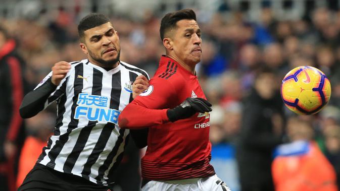 Striker Manchester United, Alexis Sanchez berusaha mengejar bola dari kawalan bek Newcastle United, DeAndre Yedlin selama pertandingan lanjutan Liga Inggris di St James 'Park (2/1). MU menang 2-0 atas Newcastle. (AFP Photo/Lindsey Parnaby)