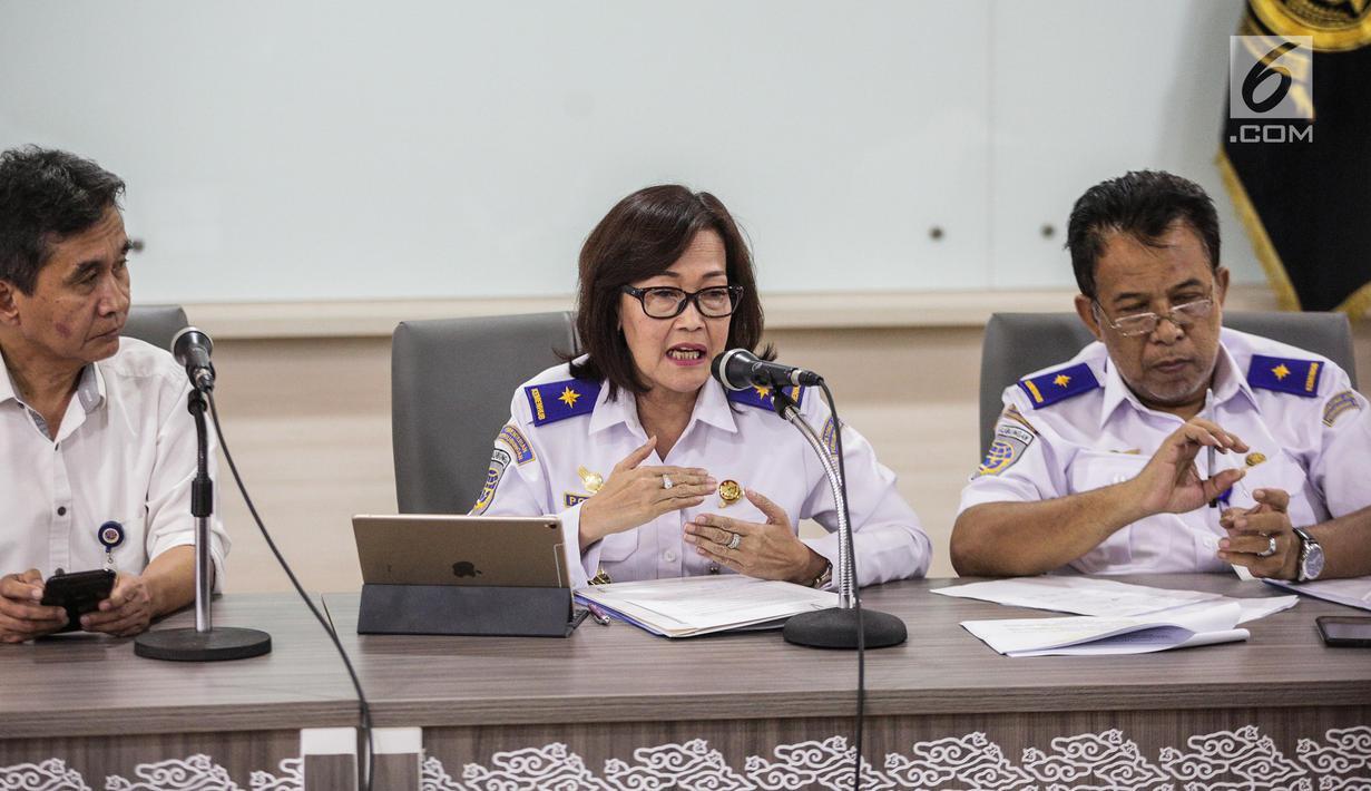 Dirjen Perhubungan Udara Polana B Pramesti memberikan keterangan terkait harga tiket pesawat di Gedung Kementerian Perhubungan, Jakarta, Kamis (16/5/2019). Pemerintah telah memutuskan menurunkan Tarif Batas Atas (TBA) tiket pesawat sebesar 12 sampai 16 persen. (Liputan6.com/Faizal Fanani)
