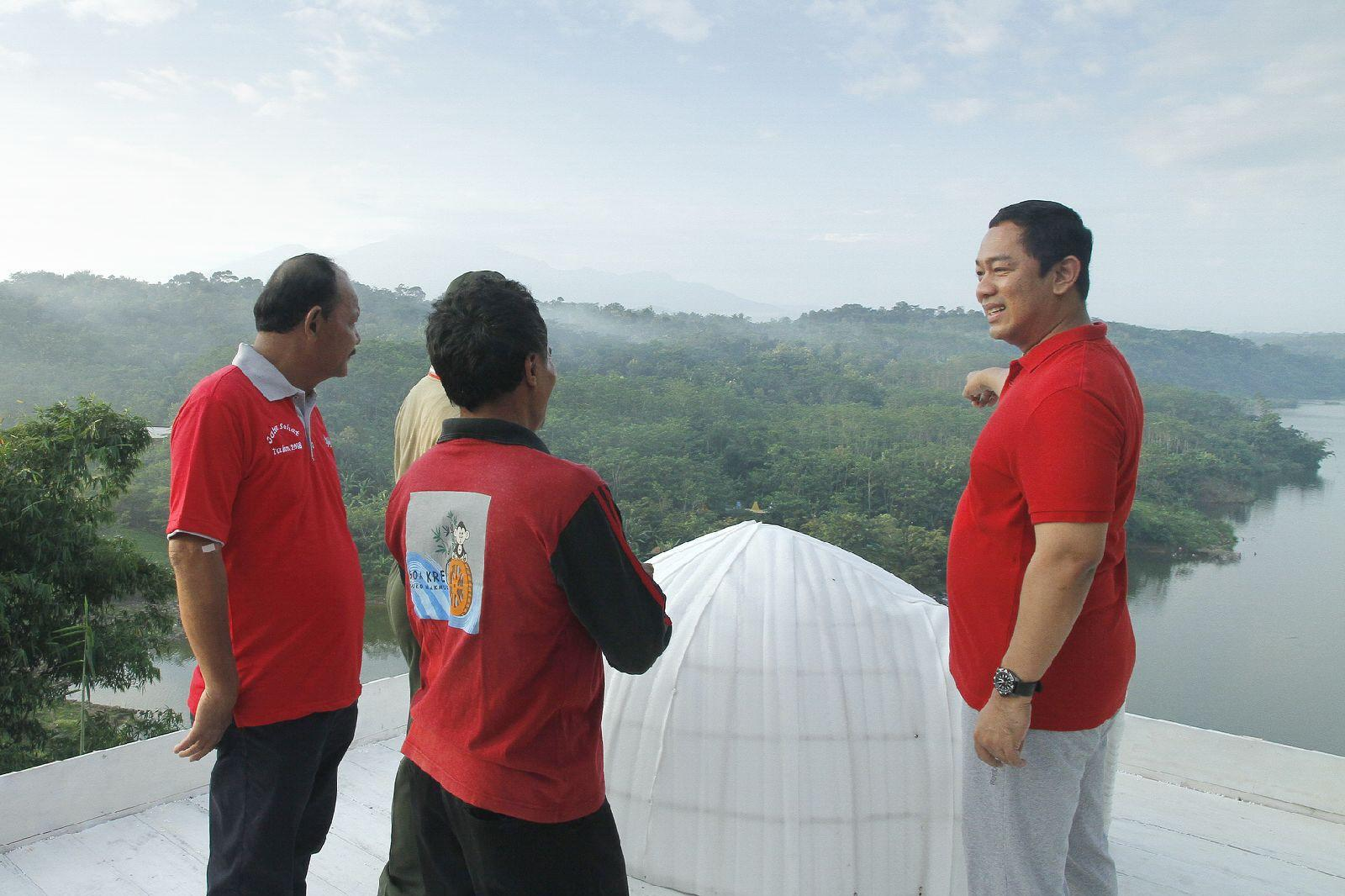 Wali Kota Semarang Hendrar Prihadi melihat air di Wadung Jatibarang seusai meresmikan homestay dengan wifi gratis. (foto: Liputan6.com/felek wahyu)