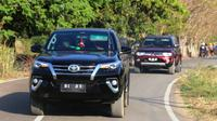 Menteri Ketenagakerjaan, M. Hanif Dhakiri mengendarai mobil sendiri mulai dari Bandara Frans Seda Maumere menuju Rumah Jabatan Wakil Bupati Sikka hingga ke lokasi Desa Migran Produktif.