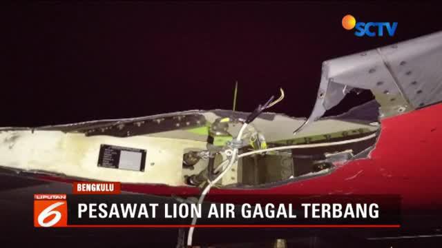 Pesawat Lion Air JT 633 menyenggol tiang titik koordinat yang ada di depan gerbang VIP dan menyebabkan sayap sebelah kiri mengalami rusak robek.