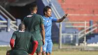 Pelatih interim Persik Kediri, Alfiat, memberikan instruksi saat sesi latihan. (Bola.com/Gatot Susetyo)