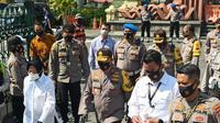 Kapolda Jatim Irjen Pol M Fadil Imran bersama forkopimda Jatim dan daerah menggelar kampanye penggunaan dan pembagian masker. (Foto: Liputan6.com/Dian Kurniawan)