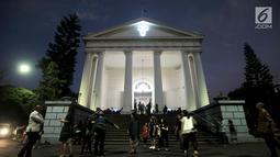 Suasana Misa Malam Natal di Gereja Immanuel, Jakarta, Senin (24/12). Misa Malam Natal yang terbagi tiga sesi menggunakan Bahasa Inggris dan Bahasa Indonesia. (Merdeka.com/Iqbal S. Nugroho)