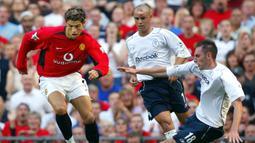 Debut pertama di Liga Inggris. Cristiano Ronaldo melakukan debut pertamanya bersama Manchester United di Liga Inggris saat menghadapi Bolton, 16 Agustus 2003. Ia masuk menggantikan Nicky Butt di menit ke-61 saat Setan Merah unggul 1-0. Skor akhir 4-0. (Foto: AFP/Adrian Dennis)