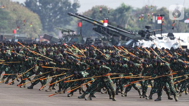 Atraksi Terjun Payung dan Bela Diri Meriahkan HUT ke-74 TNI