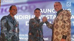 Dirut PT Mandiri Manajemen Investasi Alvin Pattisahusiwa (tengah) bersalaman dengan CEO Standard Chartered Bank Indonesia Rino Donosepoetro (kanan) saat Launching Reksa Dana Mandiri Investasi Pasar Uang (MIPU) 2 di Jakarta, Selasa (21/5).  (Liputan6.com/Johan Tallo)
