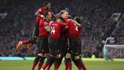 Para pemain Manchester United merayakan gol yang diectak oleh Nemanja Matic ke gawang Huddersfield pada laga Premier League di Stadion Old Trafford, Rabu (26/12). (AP/Martin Rickett)