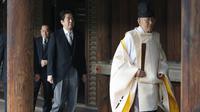 Perdana Menteri Jepang Shinzo Abe mengunjungi Kuil yasukuni yang kontroversial, Rabu, 17 Oktober 2018 (AP)