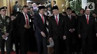 Joko Widodo atau Jokowi (kiri) didampingi Ketua MPR Bambang Soesatyo saat hendak meninggalkan Gedung Nusantara usai dilantik sebagai Presiden RI periode 2019-2024, Jakarta, Minggu (20/10/2019). Jokowi resmi dilantik sebagai Presiden RI periode 2019-2024. (merdeka.com/Iqbal Nugroho)