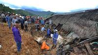 Tim SAR dan relawan mencari korban musibah tanah longsor di Dusun Cimapag, Sirnaresmi, Cisolok, Sukabumi, Jawa Barat, Selasa (1/1). Luasnya lokasi longsor mempersulit pencarian korban hilang. (Merdeka.com/Arie Basuki)