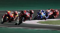 Pembalap Ducati Andrea Dovizioso memimpin MotoGP Qatar di Sirkuit Losail, Minggu (10/3/2019). (AFP/Karim Jaafar)