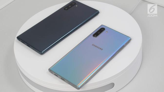 Penampakan Samsung Galaxy Note 10 (kanan) dan Samsung Galaxy Note 10 Plus (kiri) saat diperkenalkan di Barclays Center, Brooklyn, New York, Amerika Serikat, Rabu (7/8/2019). Ini kali pertama Samsung menghadirkan model Plus untuk Galaxy Note. (Liputan6.com/Istiarto Sigit Nugroho)