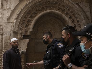 Polisi Israel memeriksa seorang jemaah saat ia tiba untuk sholat Jumat pertama selama bulan suci Ramadhan di Masjid Kubah Batu di Kota Tua Yerusalem, Jumat (16/4/2021).  (AP Photo/Maya Alleruzzo)