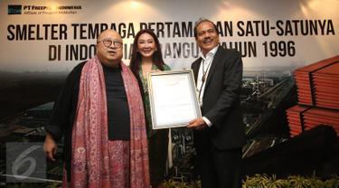 Ketua Umum Muri, Jaya Suprana memberikan piagam kepada Presiden Direktur Freeport Indonesia Chappy Hakim di Jakarta, Rabu (28/12). PT Freeport Indonesia (PTFI) menerima penghargaan untuk dua rekor nasional baru. (Liputan6.com/Immanuel Antonius)
