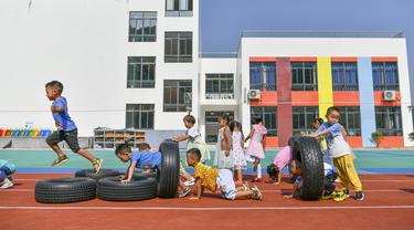Anak-anak bermain di taman kanak-kanak lokasi relokasi wilayah Sansui, Provinsi Guizhou, China, 31 Agustus 2020. Guizhou telah merelokasi 1,88 juta orang sebagai upaya pengentasan kemiskinan dalam periode Rencana Lima Tahunan ke-13 (2016-2020). (Xinhua/Yang Wenbin)