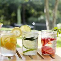 Tampilan cantik dan menarik infused water membuat tak bosan minum air putih yang berisi buah ini. (Foto: farahquinn.com)