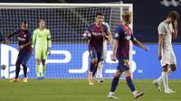 Pemain Barcelona Luis Suarez Luis Suarez (tengah) membawa bola usai mencetak gol ke gawang Bayern Munchen pada pertandingan perempat final Liga Champions antara di Stadion Luz, Lisbon, Portugal, Jumat (14/8/2020). Bayern Munchen membantai Barcelona dengan skor 8-2. (AP Photo/Manu Fernandez/Pool)