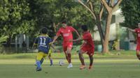 Suasana latihan uji tanding PSM Makassar vs Khaka FC. (Bola.com/Abdi Satria)