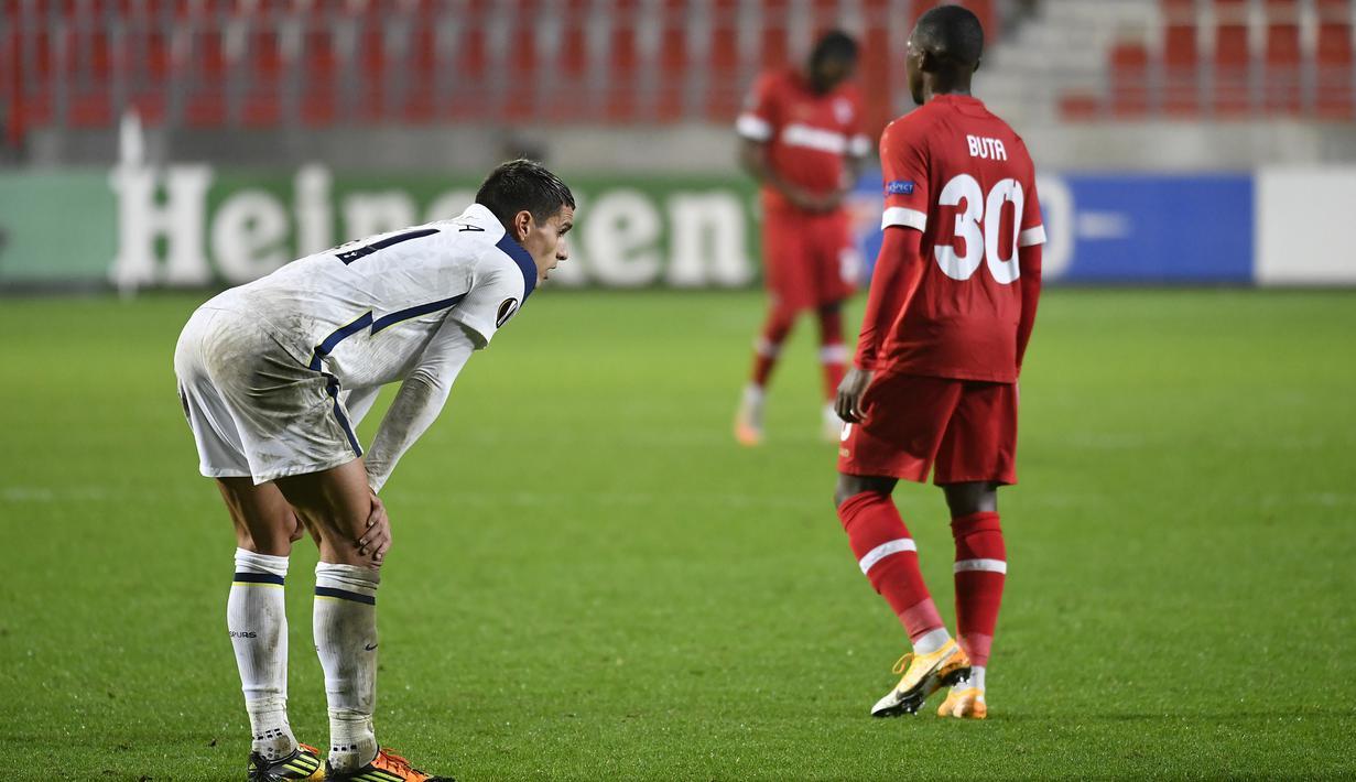 Gelandang Tottenham, Erik Lamela, tampak kecewa usai gagal meraih kemenangan atas Antwerp pada laga lanjutan Liga Eruopa 2020/2021 di BosuilStadion, Jumat (30/10/2020) dini hari WIB. Tottenham kalan 0-1 oleh Antwerp. (AFP/John Thys)