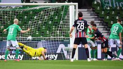 Striker Eintracht Frankfurt, Andre Silva, mencetak gol ke gawang Werder Bremen pada laga lanjutan Bundesliga di Weser Stadion, Kamis (4/6/2020) dini hari WIB. Frankfurt menang 3-0 atas Bremen. (AFP/Stuart Franklin/pool)