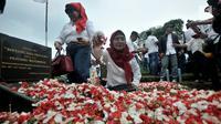 Aktivis 98 melakukan tabur bunga ke makam pejuang reformasi di Tanah Kusir, Jakarta, Minggu (12/5/2019). Kegiatan itu untuk mengenang kembali empat mahasiswa Universitas Trisakti yang meninggal karena tertembak saat melakukan aksi memperjuangkan reformasi pada Mei 1998. (merdeka.com/Iqbal S Nugroho)