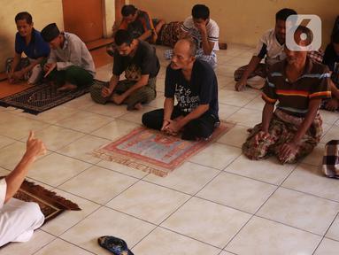Sejumlah santri yang ternyata mereka adalah orang dengan gangguan jiwa (ODGJ) tengah mendengarkan siraman rohani usai menjalankan ibadah salat ashar di Pondok Pesantren Daarut Tasbih di Kota Bumi, Tangerang, Selasa (12/5/2020). (Liputan6.com/Angga Yuniar)