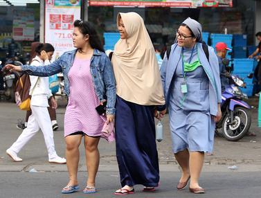 Wanita Berkerudung Bantu Biarawati Menyeberang Jalan di Lenteng Agung