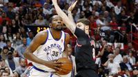 Pebasket Golden State Warriors, Kevin Durant, berusaha melewati pebasket Miami Heat, Tyler Johnson, pada laga NBA di American Airlines Arena, Miami, Senin (4/12/2017). Warriors menang 123-95 atas Heat. (AP/Joe Skipper)