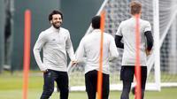 Striker Liverpool, Mohamed Salah, tampak ceria saat latihan jelang laga Liga Champions di Melwood, Liverpool, Senin (23/4/2018). Liverpool akan berhadapan dengan AS Roma. (AP/Martin Rickett)