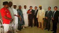 Wakil Kadin Rep. Guinea dan Duta Besar RI untuk Guinea merangkap Senegal berpose bersama para staf.