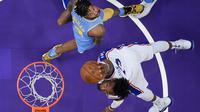 Forward Philadelphia 76ers Robert Covington (bawah) memasukkan bola pada laga NBA 2017-2018 melawan LA Lakers di Staples Center, Rabu (15/11/2017) atau Kamis (16/11/2017) WIB. (AP Photo/Chuck Burton)