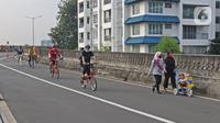 Warga bersepeda saat Hari Bebas Kendaraan Bermotor (HBKB) atau Car Free Day (CFD) di Jalan Layang Non Tol Antarasari, Jakarta, Minggu (28/6/2020). (Liputan6.com/Herman Zakharia)