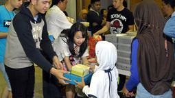 Salah satu personel blink, Agatha Pricilla yang non muslim pun turut serta dalam acara buka bersama dengan anak yatim di kawasan Bekasi, Jawa Barat, (12/7/14) (Liputan6.com/ Panji Diksana)