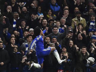 Pemain Chelsea, Willian merayakan golnya ke gawang FC Porto pada lanjutan Liga Champions leg kedua grup G di Stadion Stamford Bridge, London, Kamis (10/12/2015) dini hari WIB. (AFP Photo/Ben Stansall)