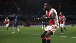 Penyerang Ajax, Quincy Promes berselebrasi usai mencetak gol ke gawang Chelsea pada pertandingan lanjutan Grup H Liga Champions di Stamford Bridge, London (5/11/2019). Chelsea bermain imbang 4-4 atas Ajax. (AP Photo/Ian Walton)