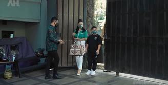 Saat mengunjungi Aurel Hermansyah dan Atta Halilintar, Krisdayanti terlihat mengajak putra bungsunya yaitu Kellen Lemos. (Foto: YouTube/AH)