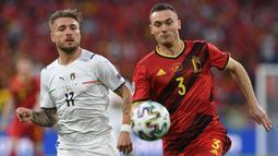 Thomas Vermaelen (kanan) mampu tampil impresif di lini pertahanan Belgia pada ajang Euro 2020 yang baru saja usai. Meskipun begitu, Ia ternyata tak dipanggil untuk memperkuat timnasnya pada kualifikasi Piala Dunia 2022 zona Eropa. (Foto: AFP/Pool/Christof Stache)