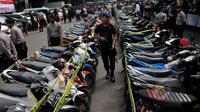 Sejumlah sepeda motor milik tersangka dan korban ikut ditampilkan saat rilis kasus curas, curat dan curanmor di Mapolda Metro Jaya, Jakarta, Jumat (27/2). Dalam kasus tersebut Polda Metro Jaya berhasil mengamankan 244 tersangka. (Liputan6.com/Johan Tallo)