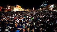 Warga Thailand berkabung untuk para korban penembakan massal di Provinsi Nakhon Ratchasima, Thailand, pada 9 Februari 2020. (Xinhua)